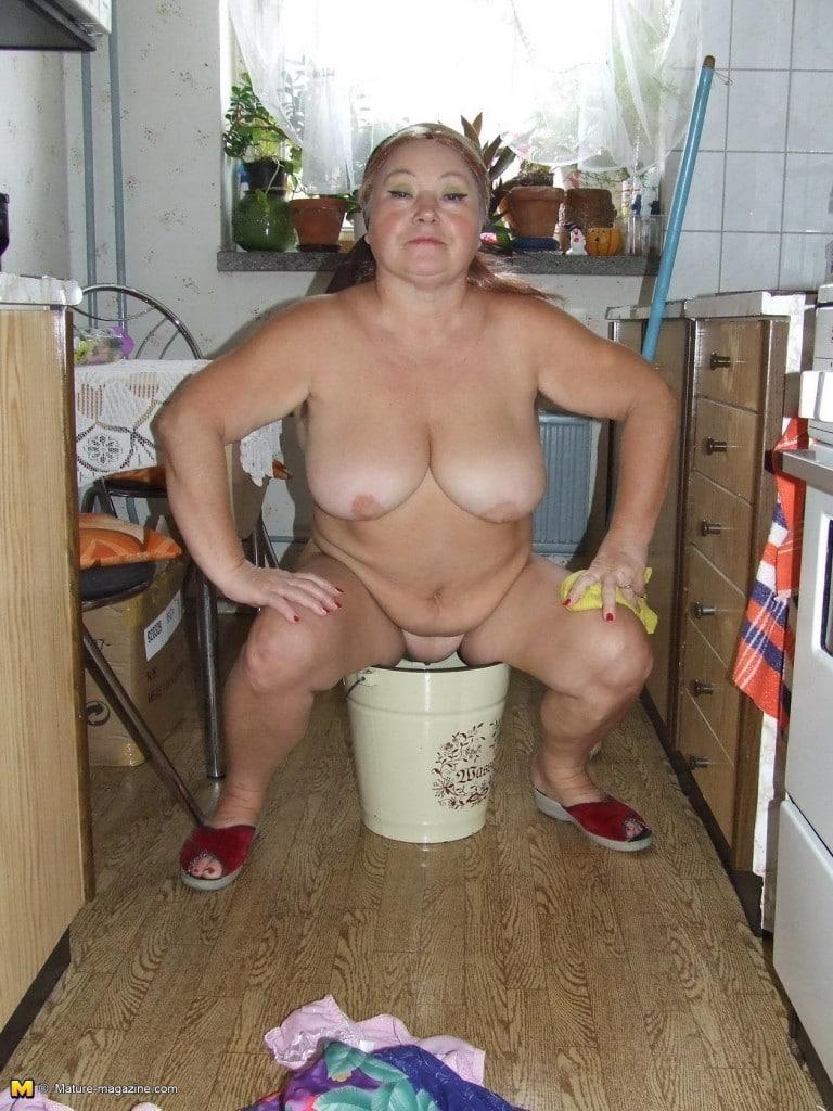 Omasex2-768x1024 in Natursekt Oma beim pissen in der Küche gefilmt